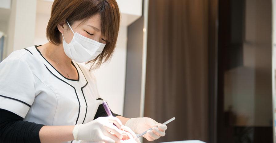 治療中の歯科衛生士