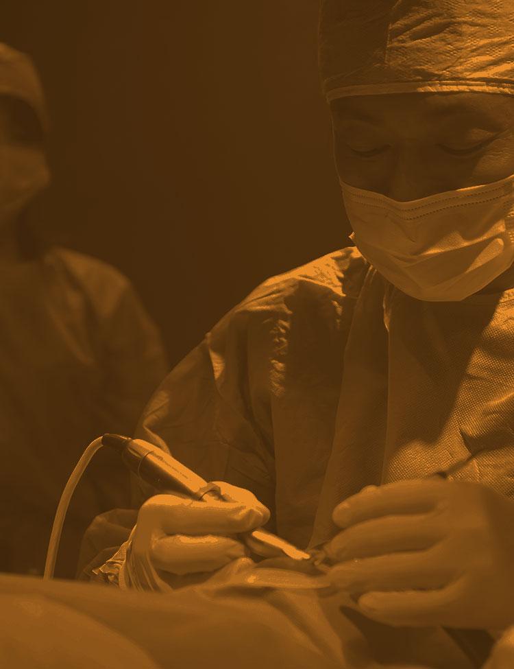 インプラント治療を施しているアップル歯科クリニックの吉見理事長のハーフトーン写真